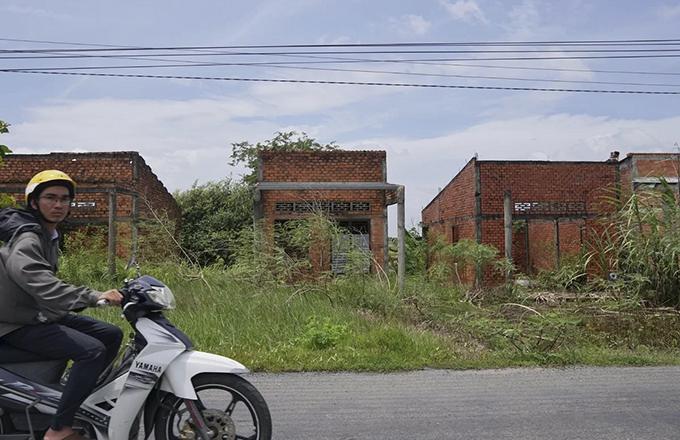 Flood-proof housing abandoned in flooding-starved Mekong Delta - 9