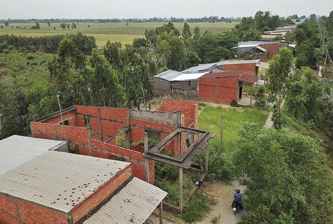 Flood-proof housing abandoned in flooding-starved Mekong Delta