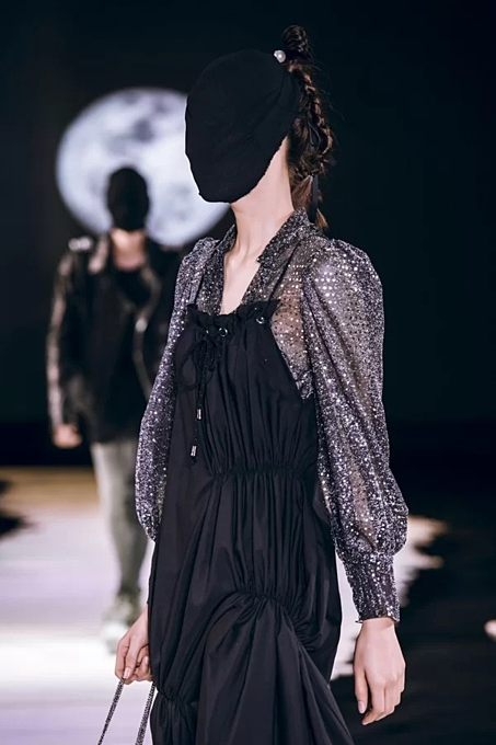 Vietnamese designer presents new twists in latest collection - 1