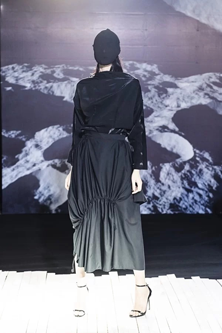 Vietnamese designer presents new twists in latest collection - 3