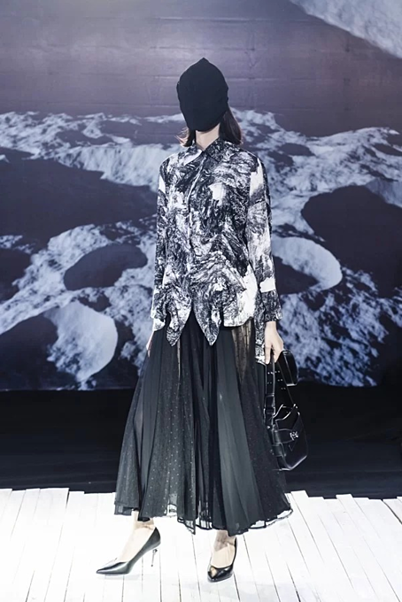 Vietnamese designer presents new twists in latest collection - 9