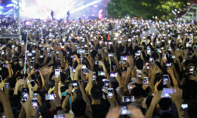 Vietnamese spend four hours a day on smartphones, survey finds