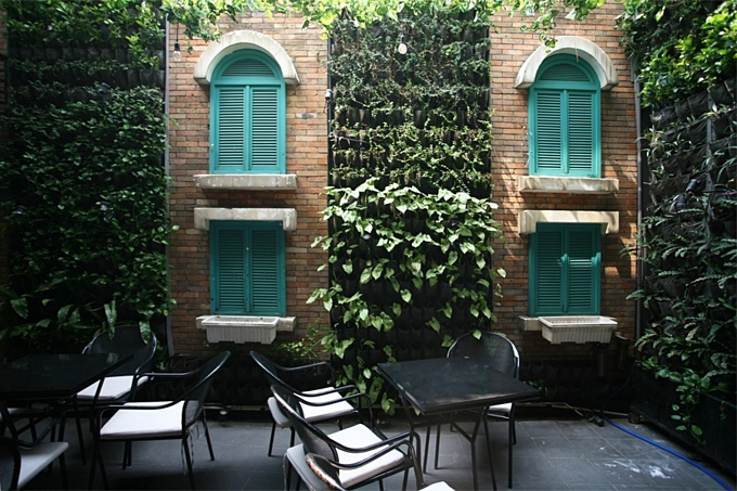 A garden on the wall that is a café in downtown Saigon - 3