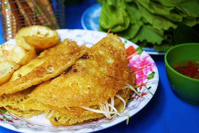 Freshly made banh xeo and banh khot. Photo by VnExpress/Di Vy.