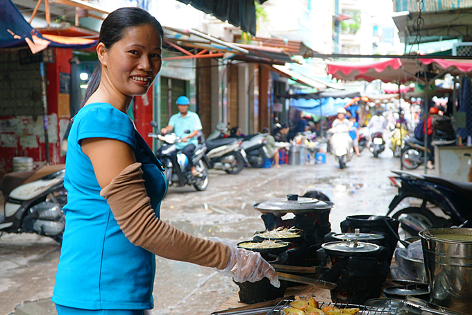 Suong is making banh xeo in a small road inside Ban Co Market in District 3. Photo by VnExpress/Di Vy.