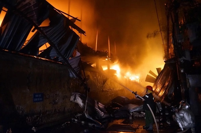Firefighrers try to put out the fire at Rang Dong light bulb warehouse in Hanoi, August 28, 2019. Photo by VnExpress/Gia Chinh.