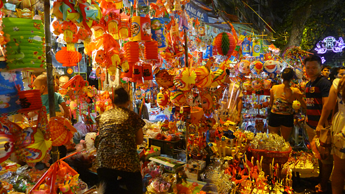 Hang Ma Street is busy during the Mid-Autumn Festival. Photo acquired by VnExpress.