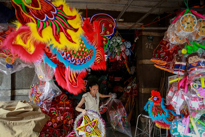 A woman living inside a small alley off Lac Long Quan Street in District 11 prepares for paper lanterns to sell to customers. Photo by VnExpress/Thanh Nguyen.