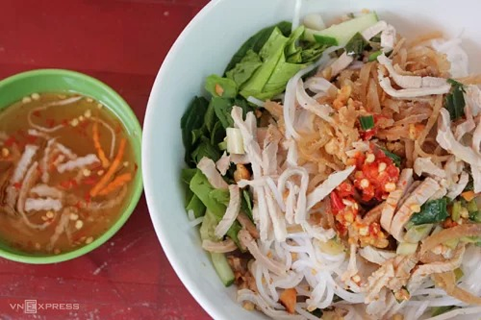 Quan Tu Loan noodle soup is famous for the Mekong delta dish among other varieties. The dish comprises fresh noodles, raw vegetables and the crunchy, indispensable ingredient: pork skin. The stall opens from 11am to 5pm every day. A serving of pork skin noodle ranges from VND25,000 - 35,000 ($1 - 1.5). In addition to vermicelli, the restaurant also has grilled pork and spring rolls served with vermicelli. Photo by Thu Ky.