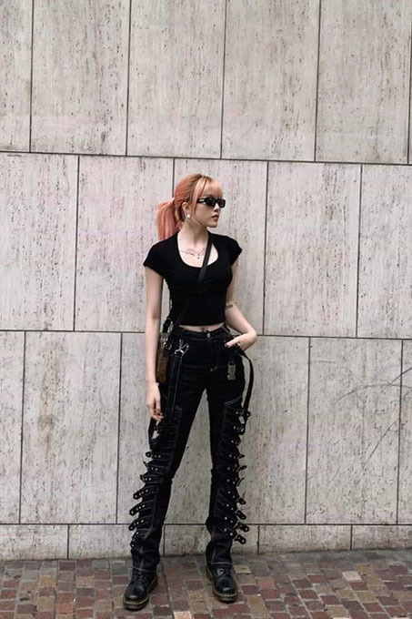 Singer Thieu Bao Tram's outfit is inspired by punk rock fashion, popular at the end of the 1990s.
