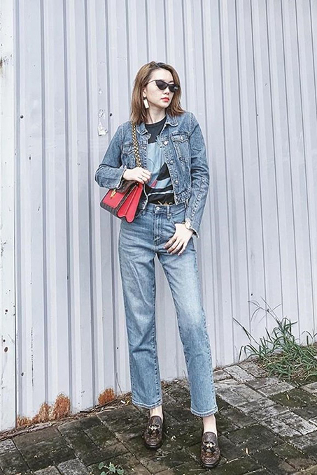 The denim jacket and jeans gives singer Minh Hang a distinct 1990s look.