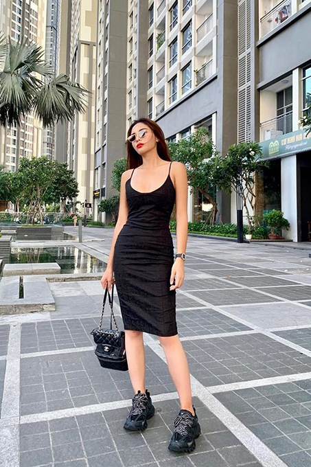 Miss Vietnam 2014 Ky Duyen goes minimal in black, another 90s feature.
