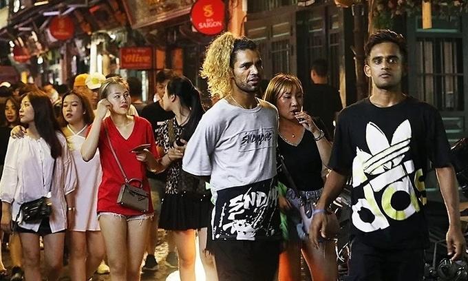 Don T Stop The Clock At Midnight Nightlife Seekers Tell Hanoi Vnexpress International