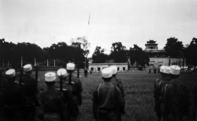 A day before, October 9, 1954, the French Army conducted the flag lowering ceremony at Flag Tower stadium (also called Manzin stadium).These photos are a part of the Memory of Hanoi exhibition at the Imperial Citadel of Thang Long, commemorating 65 years of Hanoi liberation. The exhibition will run from October 6 to December 25.