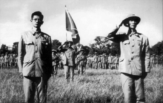 Major-General Vuong Thua Vu (R) and doctor Tran Duy Hung - the Chairman of the first Hanoi's administrative committee during the ceremony.