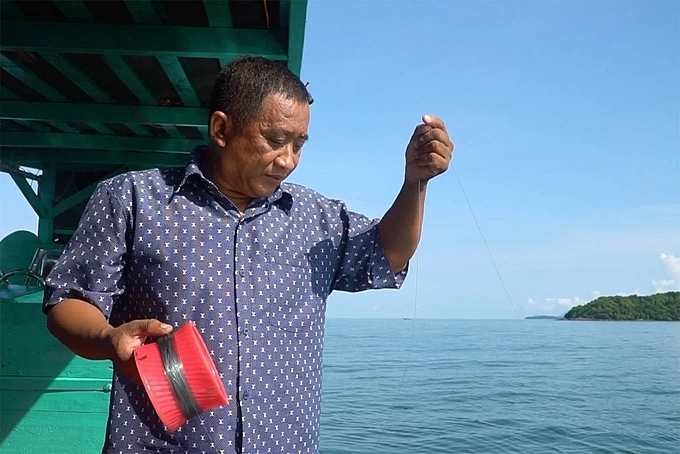 Fishing is also a favorite activity for many tourists because not everyone knows how to dive, Thanh said. The bait is usually fresh squid. The caught fish is steamed on the boat.
