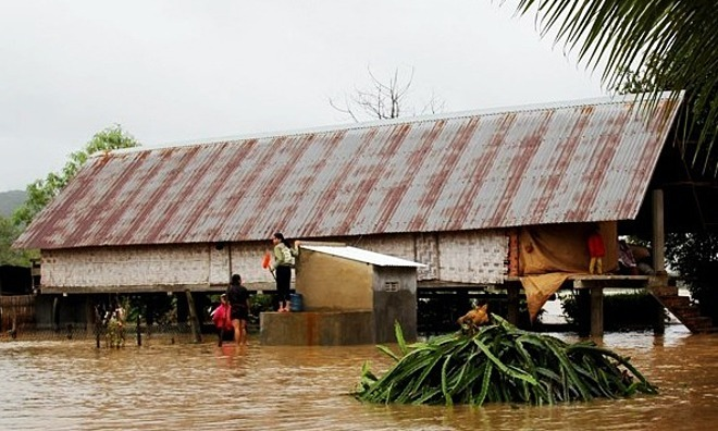 People are trapped in a flooded area in Dak Lak Province, November 11, 2019. Photo by VnExpress/Ngoc Oanh.