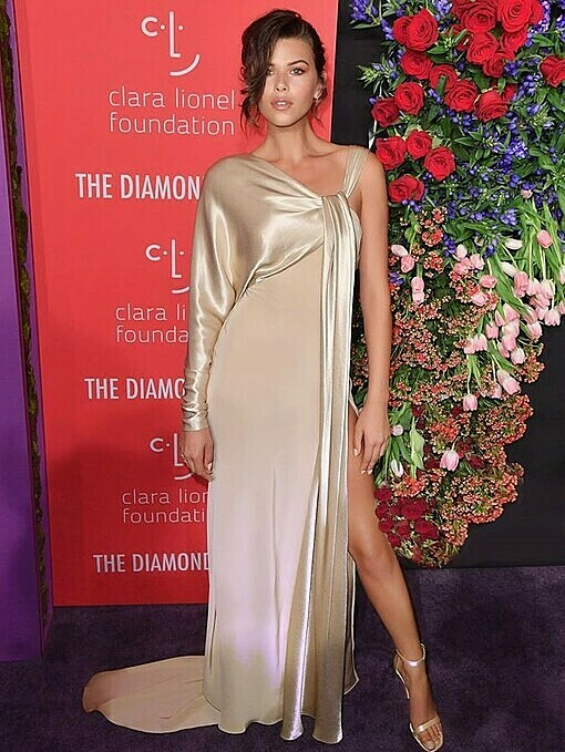 ModelGeorgia Fowler chose a goldasymmetrical dress in Cong Tris Spring Summer 2020 collection to attendthe Clara Lionel Foundation Diamond Ball event. She also walked the runway for Tri at his show in New York Fashion Week in September.