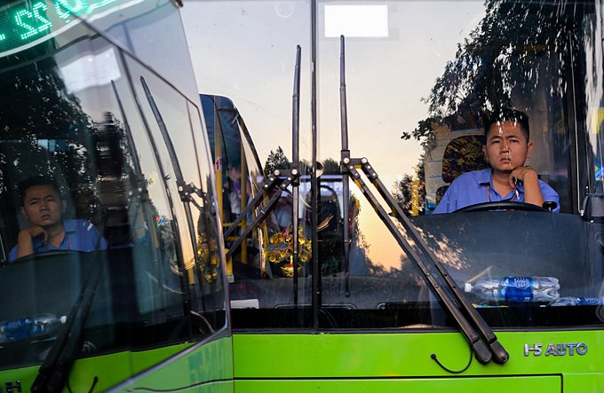 A bus driver feels tired as his vehicle is jammed on a street in HCMC during rush hours. Photo by VnExpress/Huu Khoa.