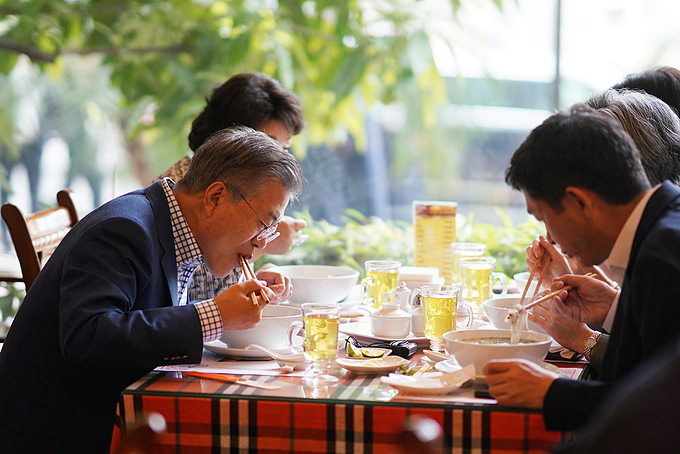 [Caption]President Moon Jae-in, his wife Kim Jung-sook (left) and their staff had pho with beef for breakfast. They ordered the special version (VND150,000 =$6.5) that has more high-quality beef in larger quantity than an usual portion. Photo by VnExpress/Giang Huy