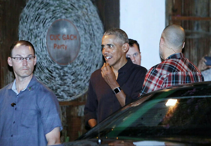 Obama walks out of Cuc Gach restaurant after an hour-long dinner. Photo acquired by VnExpress.