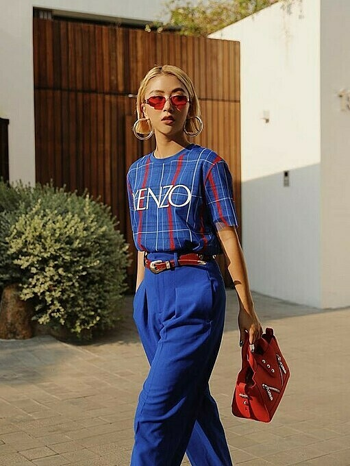 Model Quynh Anh Shyn goes on trend with classic blue outfits and a glowing neon red handbag, one of the hottest fashion item of 2019. Last month, the Americanstandardized color matching systemPantonepicked classic blue as the color of 2020, saying that it is the color of thesky at dusk. Photo by Facebook/Quynh Anh Shyn.