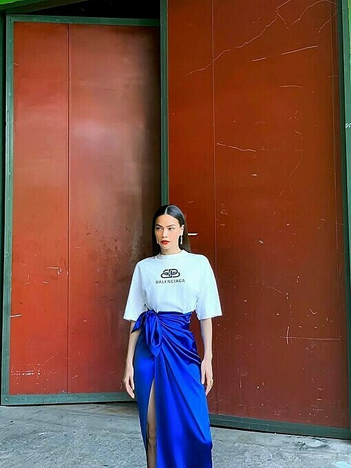 Never missing any fashion trends, singer Ho Ngoc Ha chooses a blue satin long skirt with a high slit cutout. Photo by Facebook/Ho Ngoc Ha.