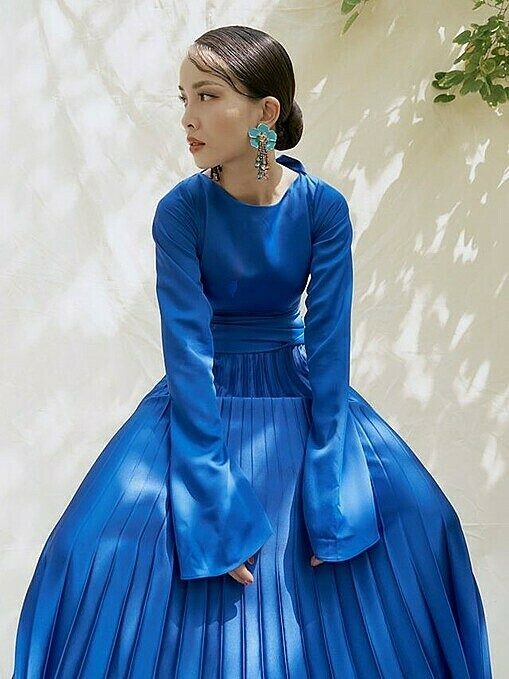 Singer Yen Nhichooses a pleated skirt and a Sabrina top to show off her femininity. According to Pantone, classic bluebrings a sense of peace and tranquility to the human spirit, offering refuge. The color of the yearselection process requires thoughtful consideration and trend analysis. Photo by Facebook/Yen Trang-Yen Nhi.