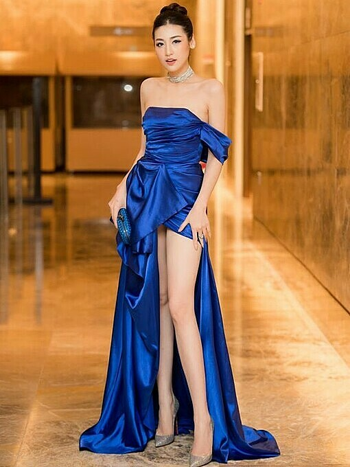 Model Duong Tu Anh wears an off-the-shoulder dress with a high slit cutout. She also chooses a blue purse matching the dress.Photo by Facebook/Duong Tu Anh.