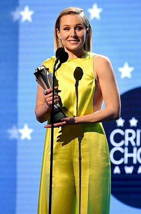 Kristen Bell wears Cong Tri dress atthe 2020 Critics'Choice Awards. Photo by Facebook/Cong Tri.