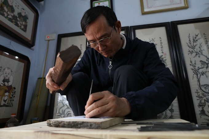 57-year-old Nguyen Huu Quais one in three people who are still pursuing the art ofDong Ho folk woodcut painting. Quais 20th artisan generation of the Nguyen Huu family.The Dong Ho painting originated in an eponymous craft village on the banks of the Duong River in Bac Ninh Province, about 35 km (21 miles) from Hanoi.
