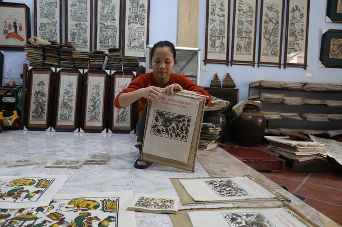 Dong Ho paintings used to be popular in Tet, but the declining demands make many people abandon the traditional art, according to Qua. He added that most of his clients are foreigners and overseas Vietnamese. This year, his family makes 200 sets of calendar with postcards, notebooks. All are about rats.