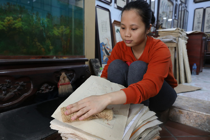 The traditional papers have a layer of powder ofscallop shells, making it shiny. The order to print is red/purple comes first, then green, yellow, back and white. After printing each color, the artisans have to wait around half an hour and use a traditional material to rubthe paper, ensuring the colors are perfect.