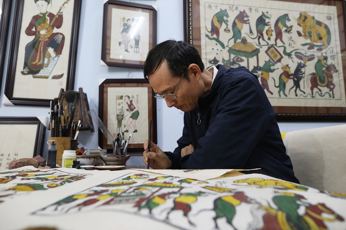 With large paitings, instead of using woodblocks, Qua has to draw and paint. The largest artworks he has painted is Ca Chep, 79centimeters wide and 109centimeters long, and was finished in 7 days.