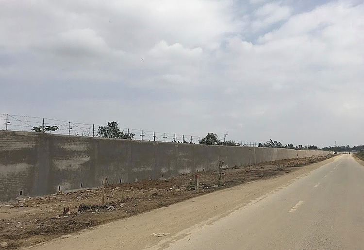 The wall around Mieu Mon Military Airport has been completed, January 19, 2020. Photo by VnExpress/Phong Van.