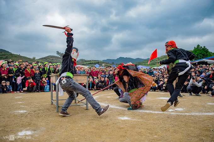 The dance consists of basic movements and walking, saluting, and paying respect to local shrines and altars. The dance will be adjusted accordingly to the space, location and requirements of each occassion.