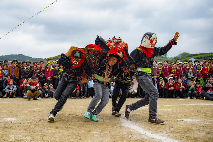 Performers are re-enacting a passage about the origin of the ca-masked lion dance. This activity has many meanings, demonstrating the chivalry of upland people, and is both a symbol of luck and happiness in life.Many families here also invite performance teams to come their house to dance to pray for good luck and peace.