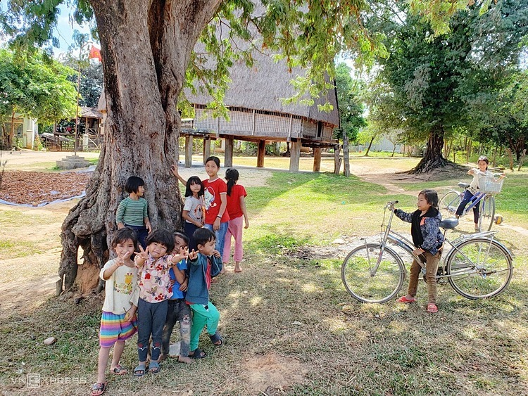 Children play near the communal house; therefore, the place attaches their childhoods memories.The village was called Jo Dri because in the past, the village was located on a land of yellow ochna flowers (Jodri in Ba Na language). Nowadays it is the village stands out with the largest and most beautiful communal house in the area.