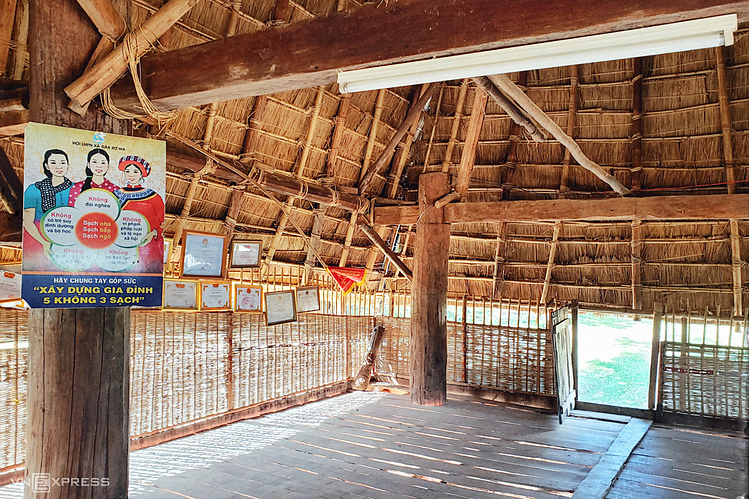 Inside the communal house are eight large pillars of precious wood, tightly tied together with high-bearing capacity. The floor is also parqueted. .