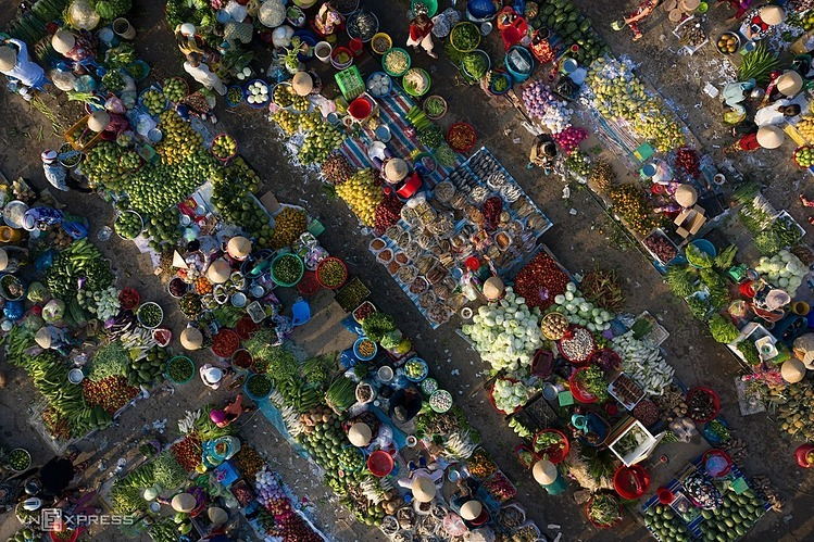 [Caption]aaCountry market in Vi Thanh in Hau Giang Province is viewed from above. A special feature of the countryside market is located in the heart of the ttown. Traders at the market sit at a fixed location of 2 - 4 square meters.