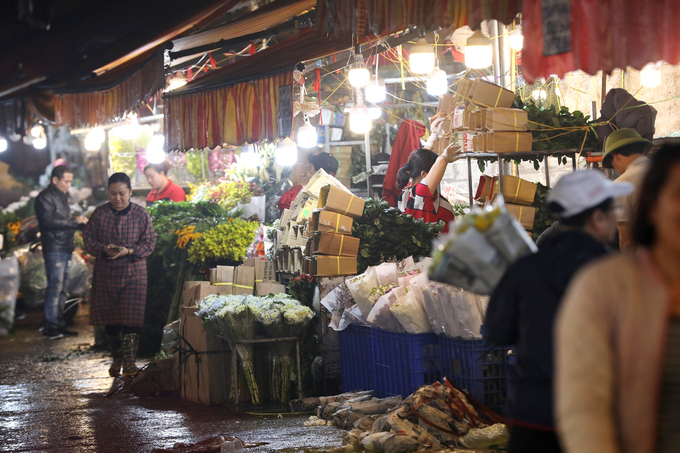 3:30 a.m. Friday morning. Quang Ba wholesale flower market, Tay Ho district, is nearly empty, unlike this time every other year when it bustles with traders. The novel coronavirus (COVID-19) epidemic has left the market manned by only a few merchants on this year's Valentine's Day.