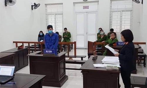 Tran Van Phuong (in blue) stands trial in Hanoi for brokering kidney trades, February 13, 2020. Photo by VnExpress/Xuan Hoa.