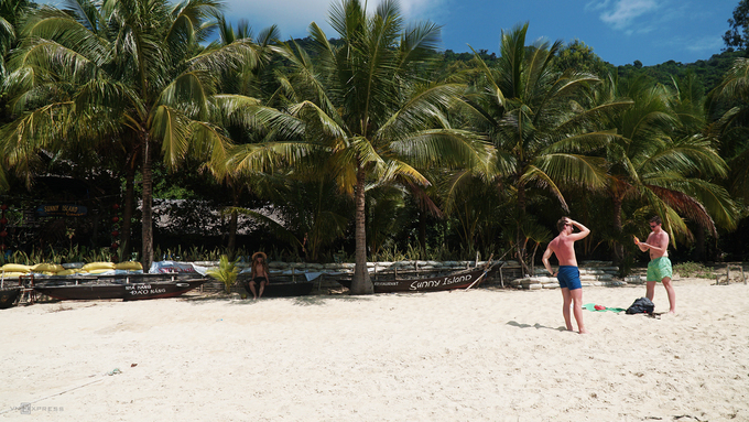 Foreign tourists are seen on Cham Islands. Photo by VnExpress/Phong Vinh.