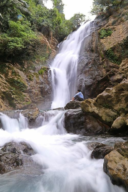 VZN News: Trang Ta Puong Waterfall is located in Trang Ta Puong Village, Huong Hoa District, 120 kmfrom Dong Ha Town of Quang Tri Province. It lies west of the mighty Truong Son mountain range.From Quang Tris center, visitors can head west on Highway 9 for 60 kmthen turn onto Ho Chi Minh Roadand head west for another 60 km, finishing with a 20-minute-trek through the jungle to the waterfall. According to British Caving Association, the first waterfall is estimated to measure around 30-35 meters in height.