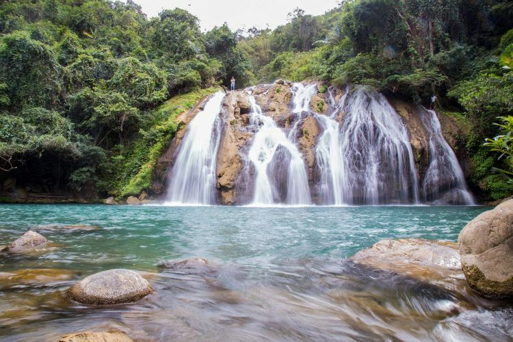 VZN News: A short 20-minute-walk further downstream leads you to another breathtaking waterfall. Though lower at 10 meters, the second waterfall is wider than the first. From afar, its cascading waters resemble the luscious hair of ethnic The Bru, residing in Vietnam, Thailand, and Laos.