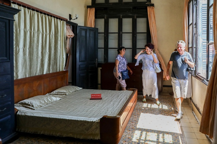 VZN News: The upper floors have five bedrooms, withseparated(what does it mean?)bathrooms. The beds, closets, etc remain as they were during the royal era.