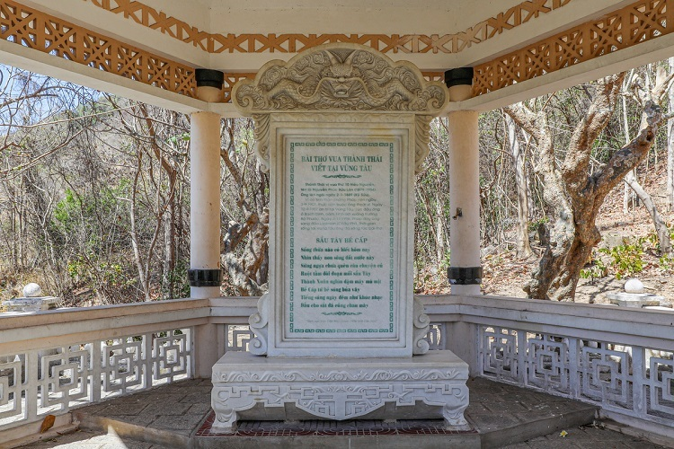 VZN News: Within its grounds is display a poem that Thanh Thai wrote upon returning there in 1947, Sau tay be cap, relecting his feelings after years of exile from Vietnam.