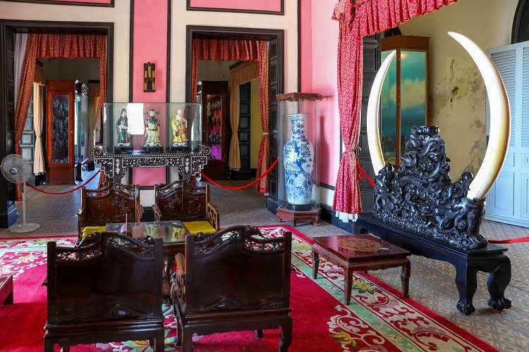 VZN News: On the first floor is a living room with antique decorations such as a pair of giant vases with bird decorations, a royal set of tables and seats made in 1921, a pair of African ivory around 158 centimetres long, and a set of idols of the happiness, wealth and longevity deities.