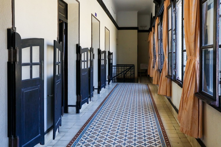 VZN News: The hallway has many windows for ventilation.