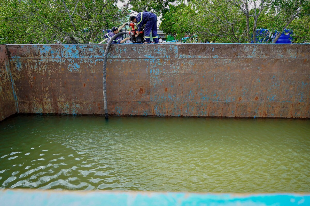 In the Mekong Deltas Ben Tre Province, drought and salination have rendered channels and canals barren, while water supply has run out and tap water sources are salinized. Thousands are lacking freshwater and have to buy it at VND100,000-300,000 ($4.3-12.9) percubic meter. Some individuals and businesses as of late have tried to alleviate the situation by providing people with freshwater sources free of charge.A chaland, which carries 1,200 cubic meters of freshwater, by a business in southern Binh Duong Province was transported to a park in Ben Tres Ward 7 to provide free freshwater to two reservoirs there from March 15 to March 16.